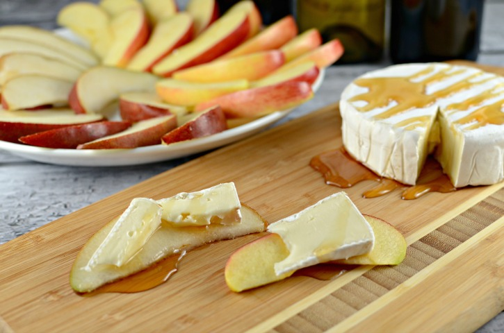 Easy Brie Party Appetizer with Honey and fruit